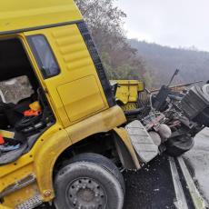 Kamion koji je prevozio živi kreč se prevrnuo u Ovčar Banji: Vozač teško povređen (FOTO)
