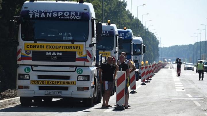 Kamioni ZAROBLJENI na graničnim prelazima - STOJE I PO ŠEST SATI!