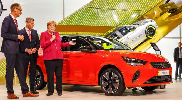 Kancelarka Merkel posetila štand Opela na Salonu automobila u Frankfurtu