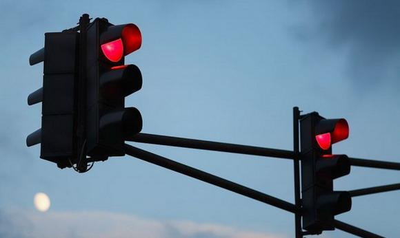 Kažnjen zbog prolaska na crveno – prijavio ga drugi vozač