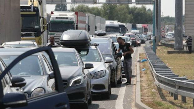 Kilometarska kolona automobila na mađarskoj granici prema Srbiji