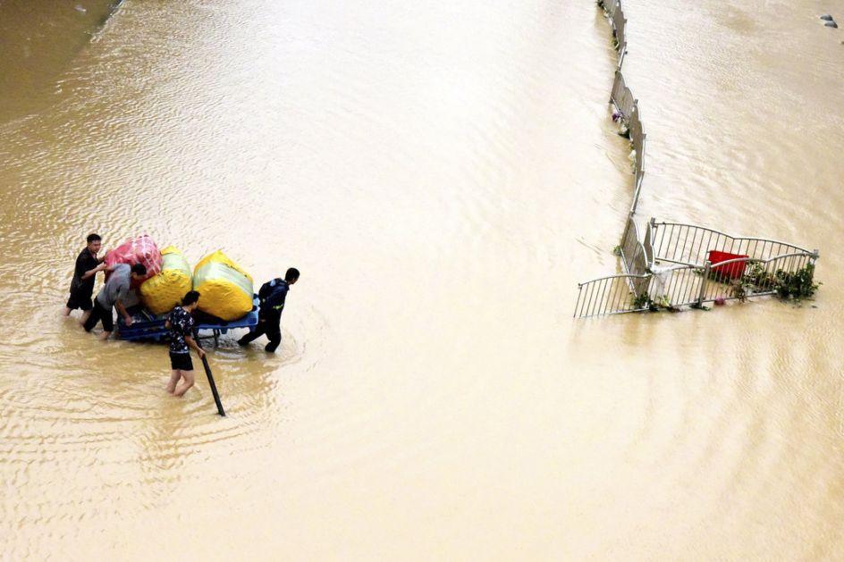 Kina :Broj žrtava u poplavama se popeo na 302, nestalih 50