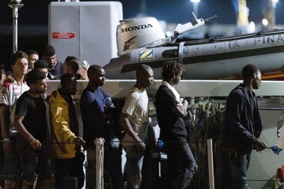 Kiparske vlasti dopratile do obale brodić sa 131 migrantom