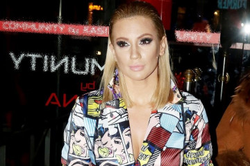 Klanjali joj se na bini: Ana izgrmela u Grčkoj, latila se mikrofona na buzuki večeri! (video)