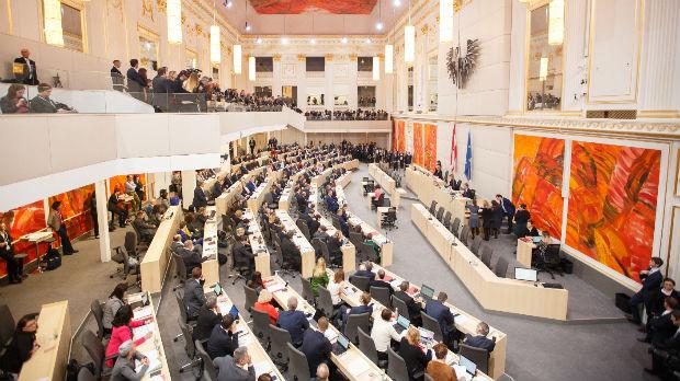 Klopka za Štrahea, demokratija na rubu krize
