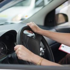 Ko položi na automatiku, neće moći da vozi auto s ručnim menjačem