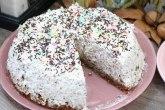 Kolač torta s orasima i slatkom pavlakom