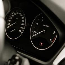 Koliko pokazuje kazaljka, a koliko vaš auto zaista troši?