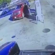 """Kolima razvalila benzinsku pumpu i """"poletela"""": Svedoci nesreće ugledali su DECU na zadnjem sedištu (VIDEO)"""