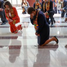 Kongresmeni demokrate klečali u slavu Flojda: Simboličnih 8 minuta i 46 sekundi proveli na jednom kolenu