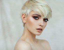 Kopirajte stil ove lepotice: Trendi komplet i piksi frizura u interpretaciji zgodne glumice (foto)