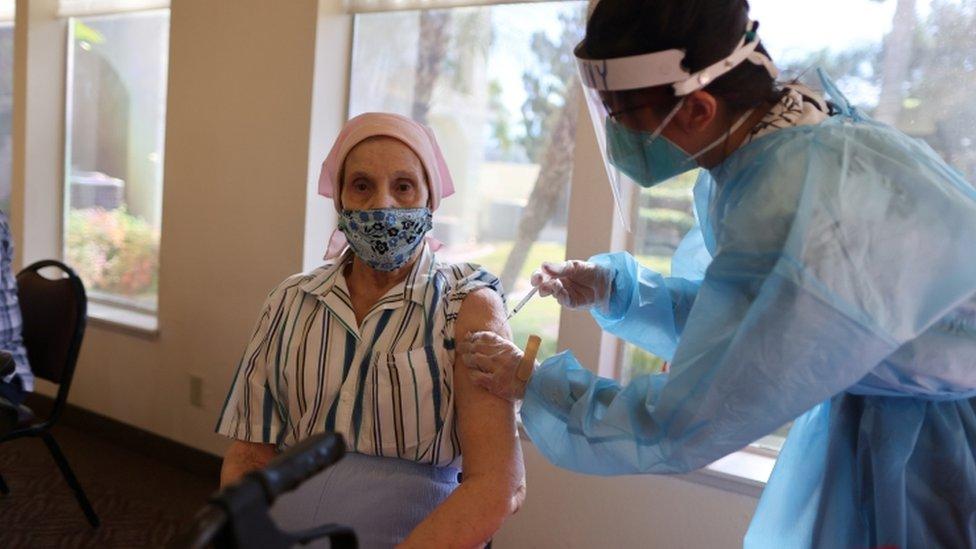 Korona virus: Kineska vakcina stiže u Srbiju, usporena isporuka Fajzerovih injekcija EU