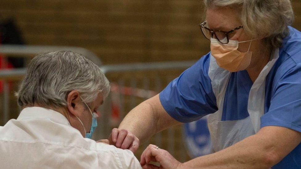 Korona virus: Ne smanjuje se broj zaraženih u Srbiji, Amerika odobrava Džonson&Džonson vakcinu u jednoj dozi