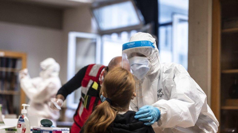 Korona virus: Novi crni rekord u Srbiji – 38 umrlih, više od 5.000 zaraženih, u Americi prvi pacijenti 11. decembra dobijaju vakcinu