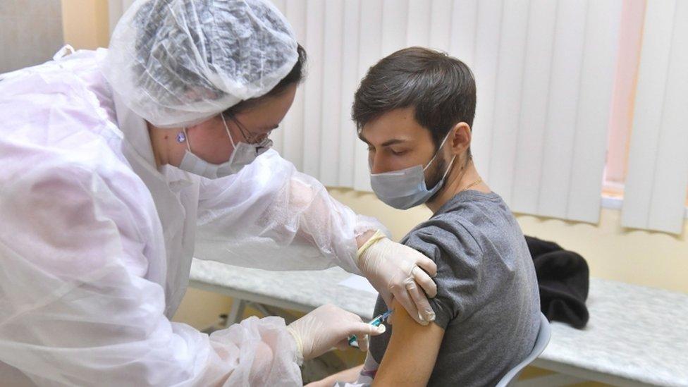 Korona virus: Sve teža situacija u Srbiji, u Moskvi počela masovna vakcinacija