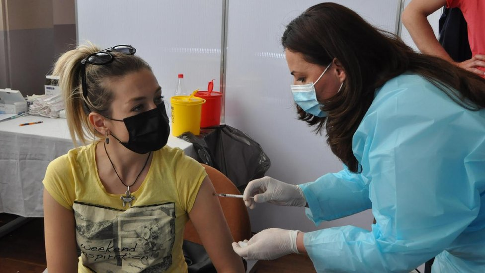Korona virus: U Srbiji pada broj zaraženih, više od tri miliona preminulih u svetu