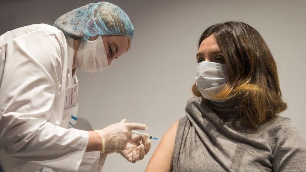 "Korona virus: U Srbiji počinje vakcinacija na 300 punktova širom zemlje – svet pred ""moralnim posrnućem"", kaže SZO"