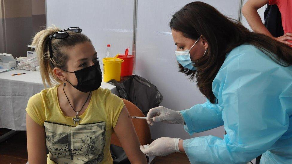 Korona virus: U Srbiji se poboljšava epidemiološka situacija, više od tri miliona preminulih u svetu
