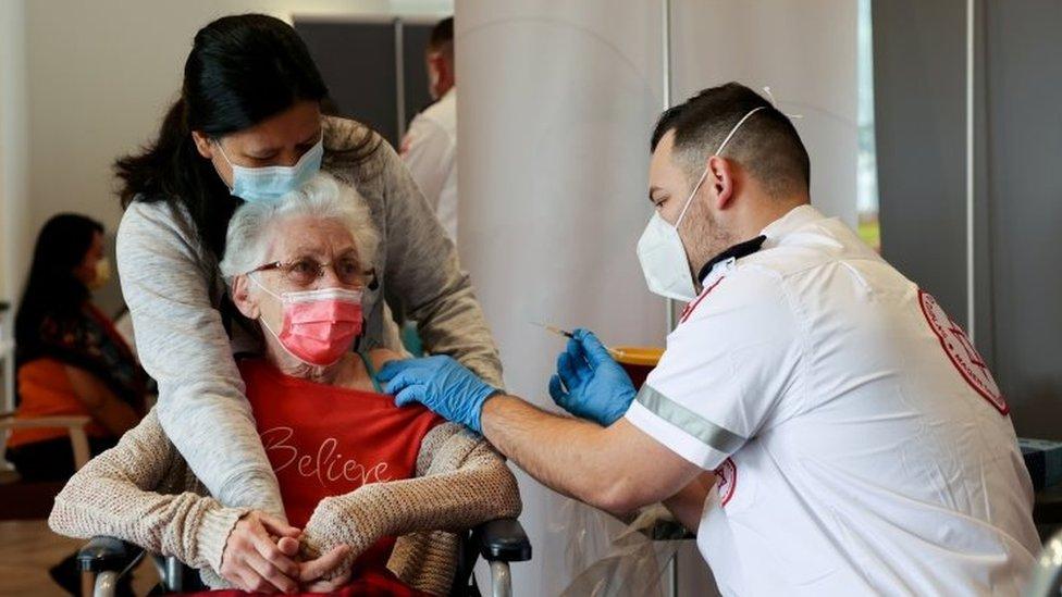 Korona virus: U Srbiji skoro 500 novih slučajeva zaraze, Kina ubrzava imunizaciju mladih, u Izraelu vraćaju neke mere