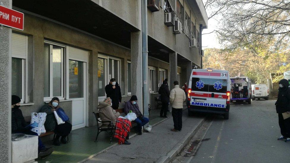 Korona virus: U Srbiji sve više opština uvodi vanrednu situaciju, preminuo bivši predsednik Francuske