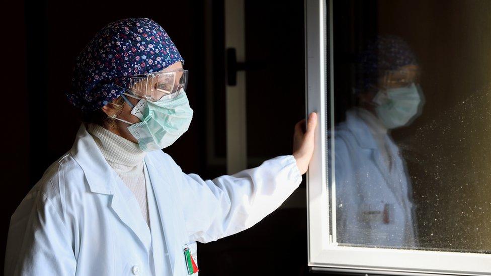 Korona virus: U Srbiji tokom vikenda oštrije mere, Amerika na korak da odobri vakcinu u jednoj dozi