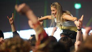 Korona virus, muzika i koncerti: Povratak starih dobrih vremena makar na jedan dan – 5.000 ljudi na koncertu u Liverpulu