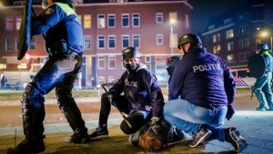 Korona virus, protesti i Holandija: Najgori neredi u poslednjih nekoliko decenija, uhapšeno 150 ljudi