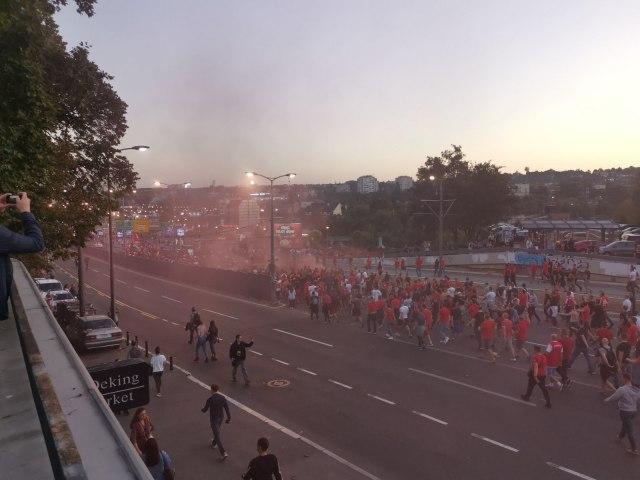 Korteo navijača Crvene zvezde i Olimpijakosa VIDEO
