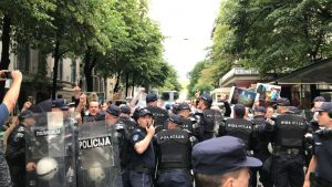 """Kosovo, dan kasnije: Protesti u Beogradu i Mitrovici, povređeni Rus i """"udar na kriminal"""""""