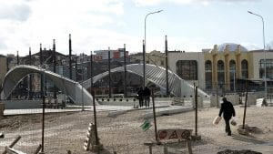 Kosovska Mitrovica: Privedena jer je pokušala da pređe most na Ibru ogrnuta zastavom Srbije