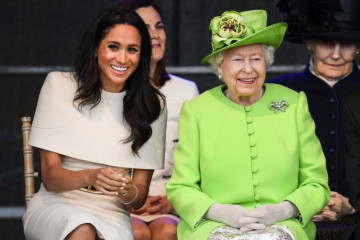 Kraljica Elizabeta i Megan Markl – Na putu bez princa Harija (video)
