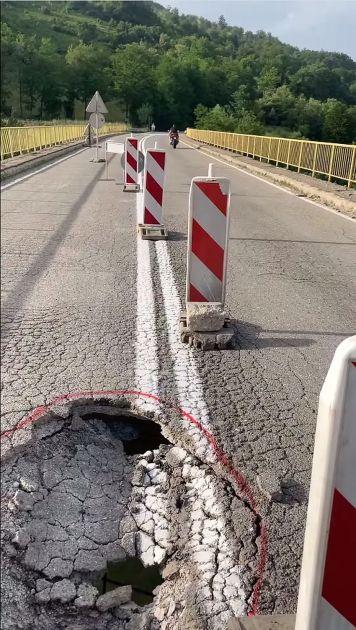 Krater na mostu kod Novog Pazara simbolično oslikava samo nama znan put ka ponoru i dnu