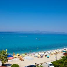 LETUJTE U PRELEPOM GRČKOM HOTELU NA PLAŽI UZ POPUSTE DO 52 ODSTO I SMEŠTAJ ZA DVOJE DECE GRATIS!