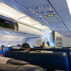 LJUBAV ILI SEBIČLUK? Neverovatan prizor iz aviona podelio svet! Šta vi mislite? (FOTO)