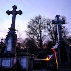 LJUDI PREPLAVLJENI STRAHOM: Kada ovaj beskućnik poseti groblje, prvo uradi NEŠTO ČUDNO, a onda se dogodi TRAGEDIJA