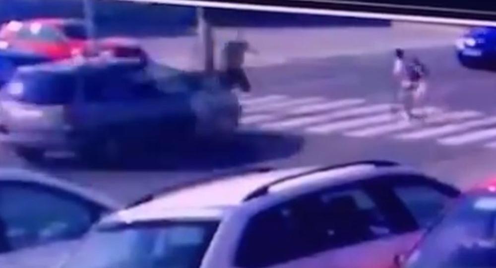 LOPOV PREKINUO PLJAČKU PRODAVNICE DA BI SPASIO DECU: Kada je video da prema njima juri auto, potrčao je i sprečio tragediju! (VIDEO)