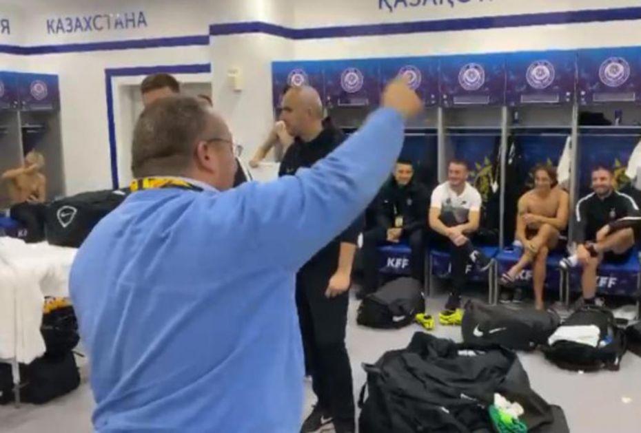 LUDNICA U PARTIZANOVOJ SVLAČIONICI NA ASTANA ARENI: Potpredsednik Vuletić vodio navijanje, fudbaleri ga pratili (KURIR TV)