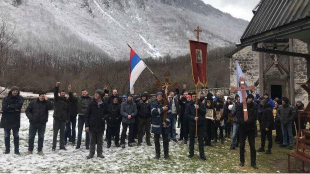 Protestna šetnja duga skoro 30 kilometara, Amfilohije sreo vernike