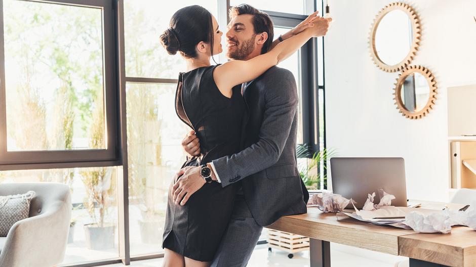 Ljubav na poslu: Zašto se zaljubljujemo u kolege