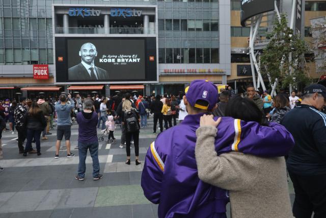 Ljudi se u neverici okupljaju ispred Stejpls Centra... (foto)