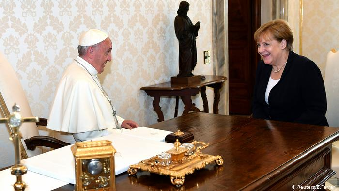 Ljudi veruju papi i Angeli Merkel
