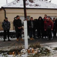 Lopta i sveće NA MESTU TRAGEDIJE u Sremskoj Mitrovici: Svi OPLAKUJU tinejdžera ubijenog nakon komšijske svađe! (FOTO)