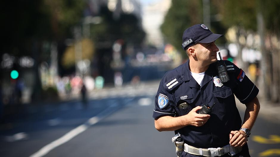 Luda POTERA po Novom Pazaru: Mečkom udarao gde stigne