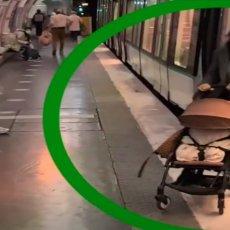 MAJKA UŠLA U METRO, BEBA OSTALA NA STANICI: Beskućnik prišao kolicima i ostavio sve bez daha (VIDEO)