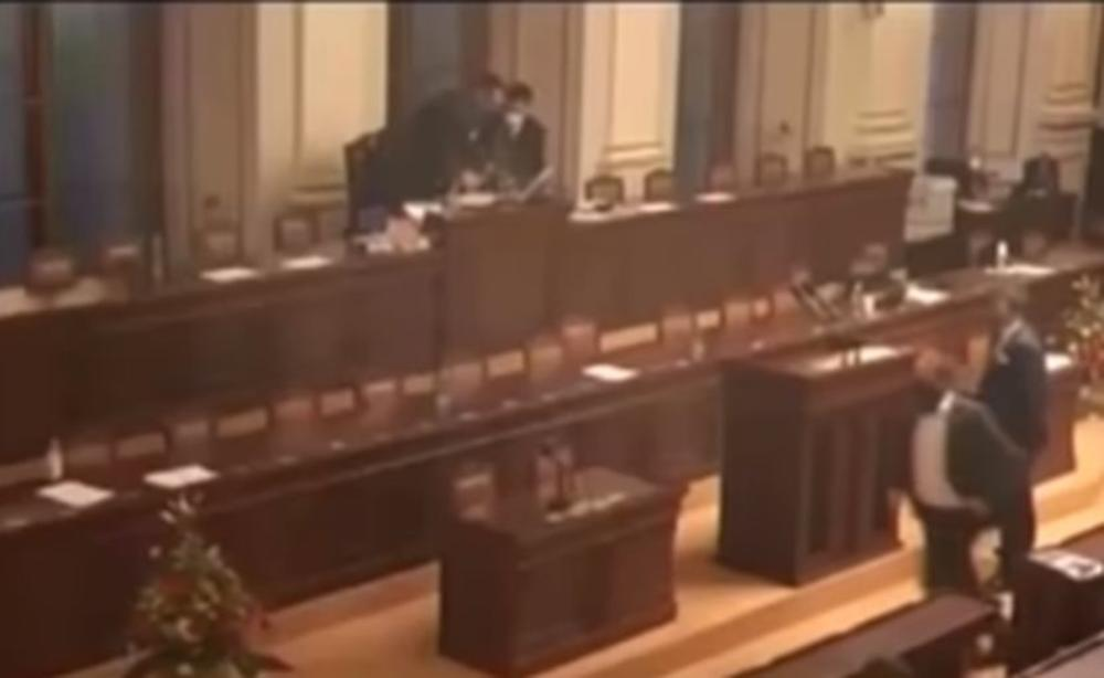 MAKLJAŽA U ČEŠKOM PARLAMENTU: Pojedini poslanici došli na sednicu bez maski, pljuštale uvrede, a onda je počelo guranje i udaranje