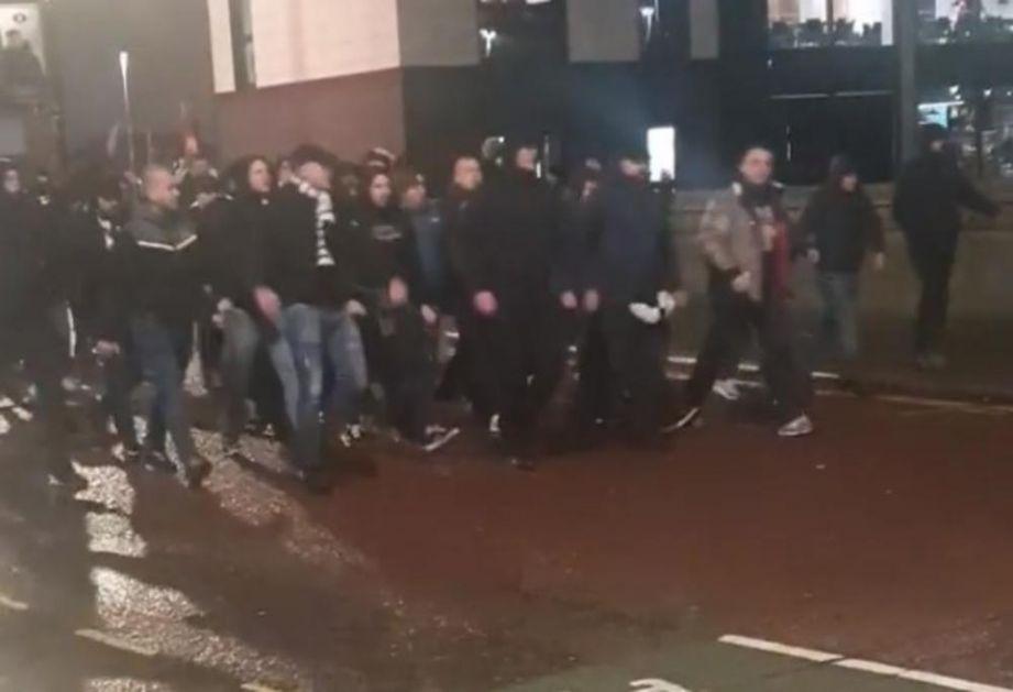 MANČESTER SE TRESAO OD GRMLJAVINE GROBARA: Navijači Partizana u korteu stigli na Old Traford! VIDEO