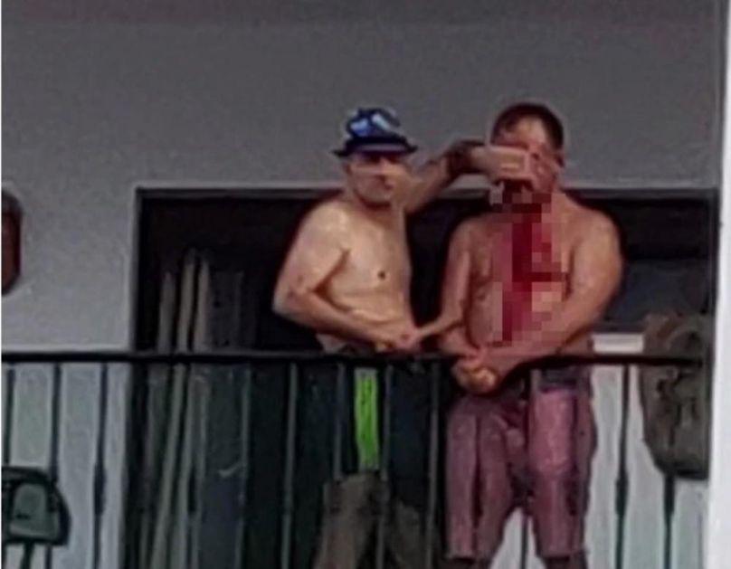 MANIJAK NOŽEM PREREZAO GRLO ČOVEKU NA BALKONU HOTELA: Turisti poznatog španskog letovališta gledali jezivu scenu i okrvavljenog golog muškarca s povezom na očima! (VIDEO)