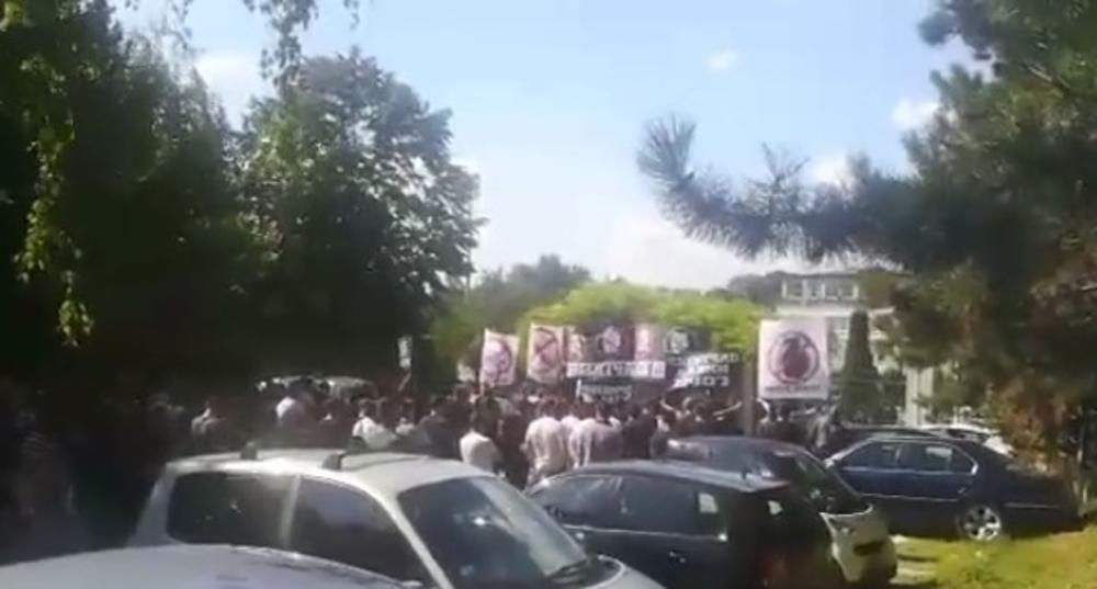 MARŠ IZ PARTIZANA: Besni Grobari jajima bombardovali automobile čelnika crno-belih! Navijači teraju upravu (VIDEO)