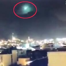 METEORIT, NLO ILI ZNAK OD BOGA? Zeleni bljesak obasjao nebo nad Izmirom, stanovnici gledali u strahu (VIDEO)