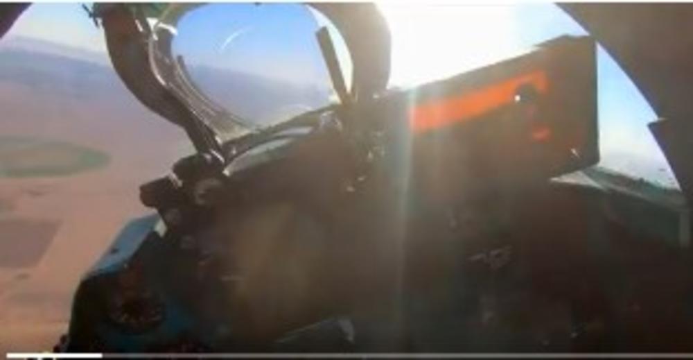 MIG OTKRIO ULJEZA U VAZDUHU I ODMAH GA SPUSTIO NA ZEMLJU: Pogledajte kako lovac GADAFIJEVOG NASLEDNIKA tera provokatore IZ ZABRANJENE ZONE! (VIDEO)